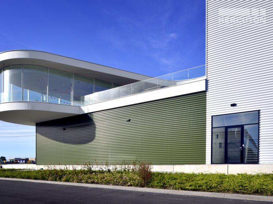 Hercuton heeft in Naaldwijk een kantoor met verpakkingscentrum gerealiseerd voor Looije Tomaten.