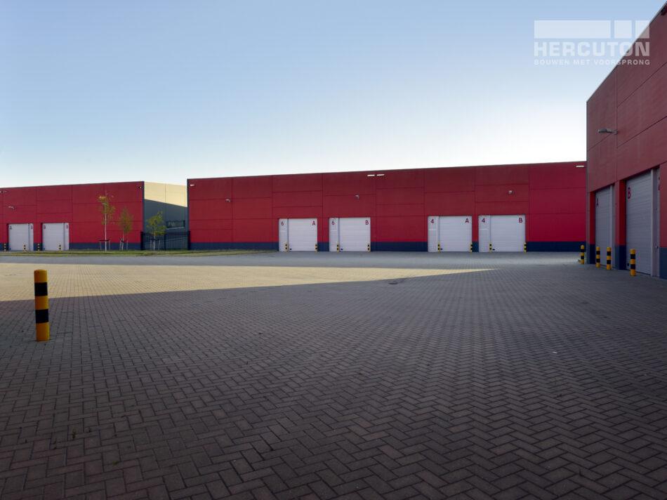 De drie bedrijfsverzamelgebouwen hebben een totaal oppervlakte van 16.627 m2. Ze bestaan uit 15 units en zijn uitgevoerd in glad beton (grijs).