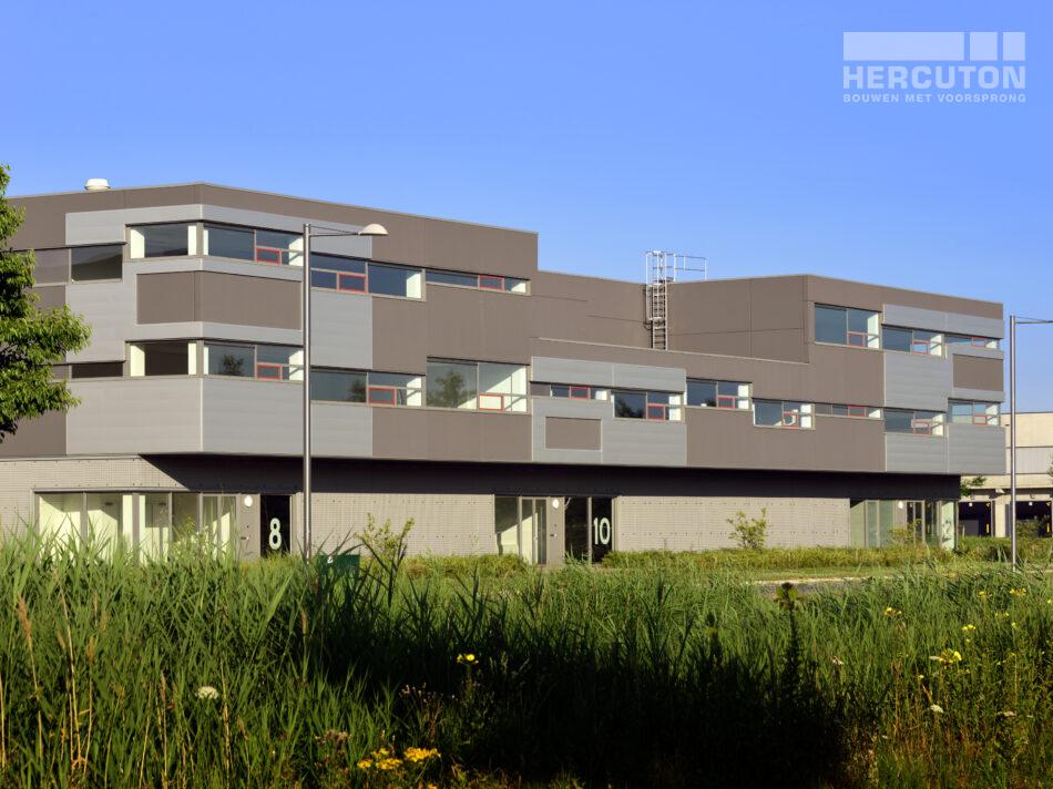 De drie bedrijfsverzamelgebouwen bestaan uit 15 units en zijn uitgevoerd in glad beton (grijs) uitgevoerd door Hercuton