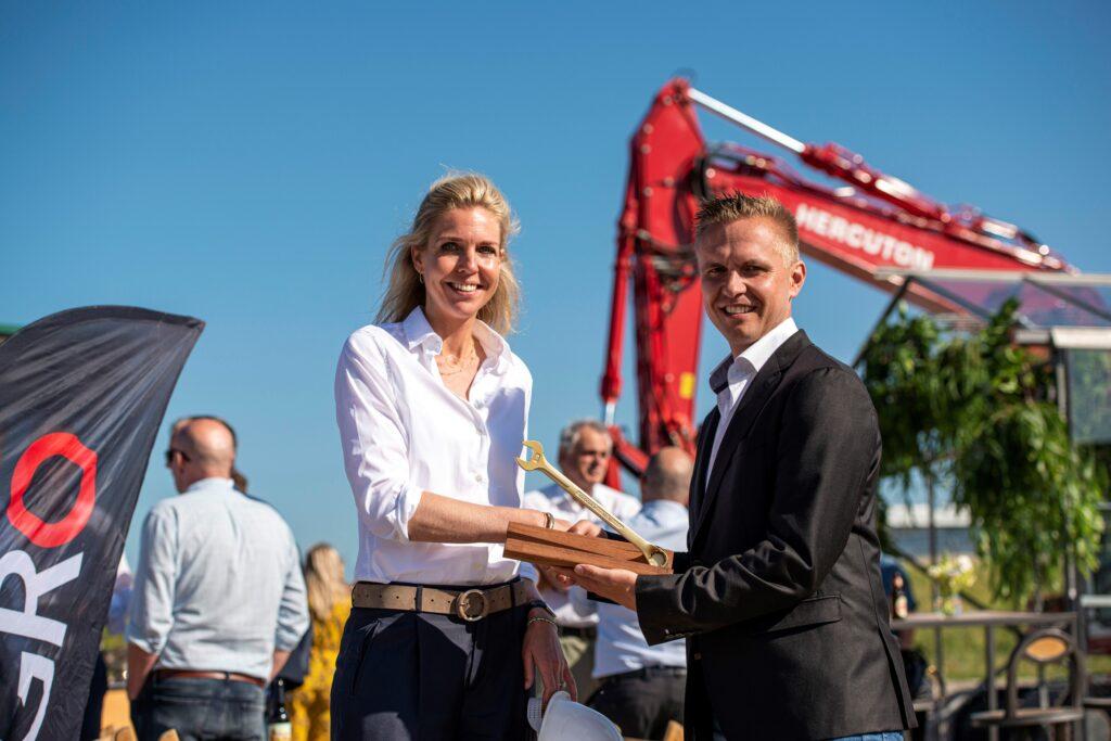 Nicole Grasso (SEGRO) en Jan Figee (Hercuton) - overhandiging sleutel SEGRO Hoofddorp