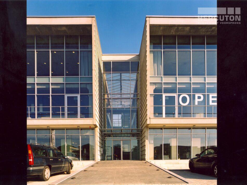 Hercuton realiseerde de showroom van Plieger in Zaltbommel. Het gebouw is uitgevoerd in de karakteristieke loft architectuur. - entree