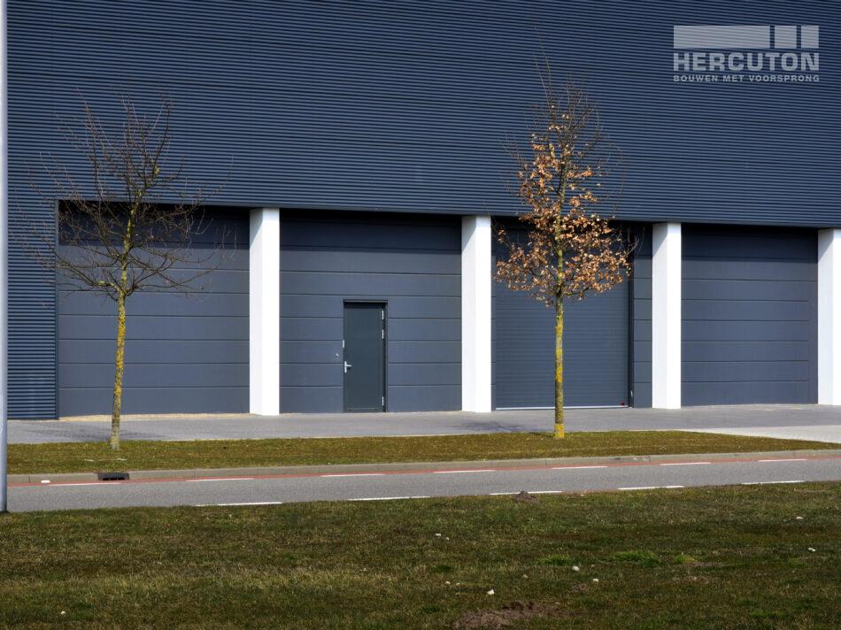 De gebouwoppervlakte bedraagt 2.580 m2 waarvan 422 m2 verdiepingsvloer. De nieuwbouw is uitgevoerd in de kleur Labrador 250 (antraciet). De hal is voorzien van stalen gevelbeplating in de kleur RAL7016 (antracietgrijs). Architect: Bouwkundig Ontwerp- en Tekenburo Peter van Galen B.V. uit Waalwijk.