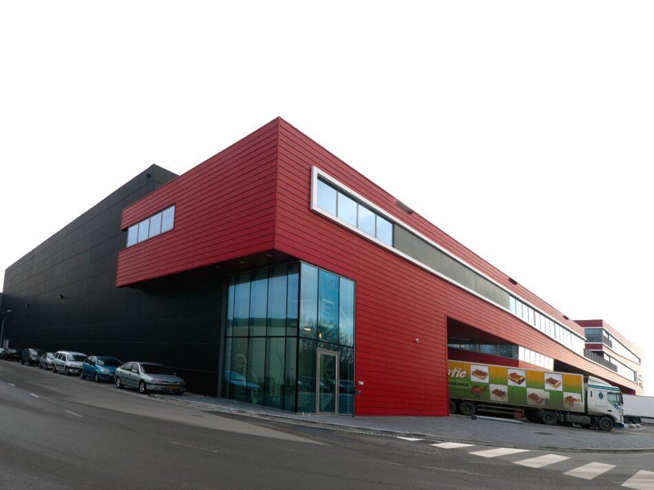 Het verpakkings- en distributiecentrum Red Star Trading is verdeeld over twee lagen - zijgevel