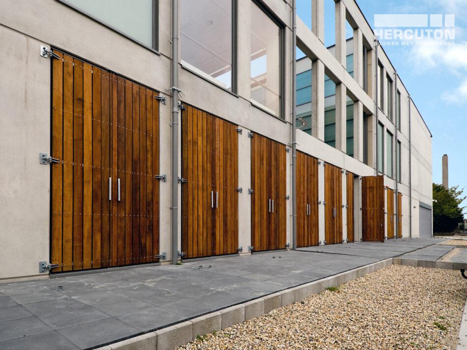 Inbraakwerend Tot slot was inbraakongevoeligheid belangrijk. De degelijke betonwanden beschermen tegen inbraak. Vergelijk een betonnen gevel maar met de stalen gevelpanelen van een doorsnee bedrijfsgebouw. Met het juiste gereedschap knip je zo een opening. Bij beton is dat niet het geval.