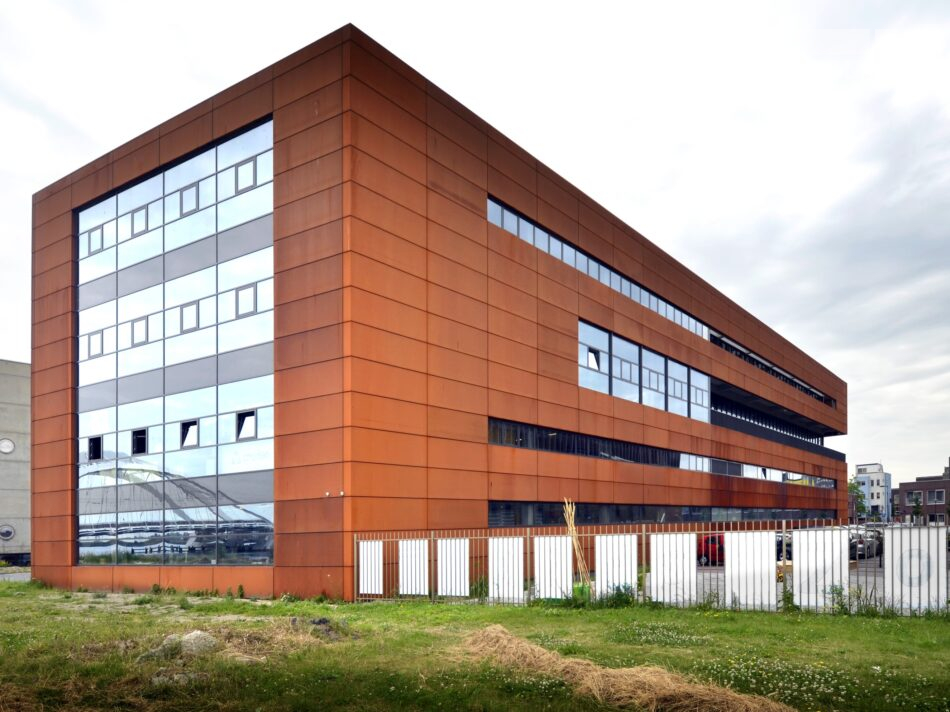 Nieuwbouw kantoor met bedrijfsruimte Steigereiland Amsterdam. zijgevel