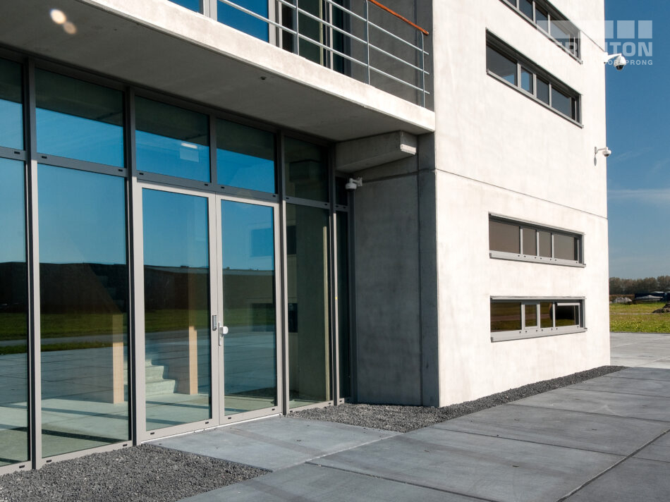 Het kantoor is uitgevoerd in loft architectuur die kenmerkend is door grote ruimtes, hoge plafonds en veel licht. In het ontwerp van deze nieuwbouw is dit goed terug te vinden.