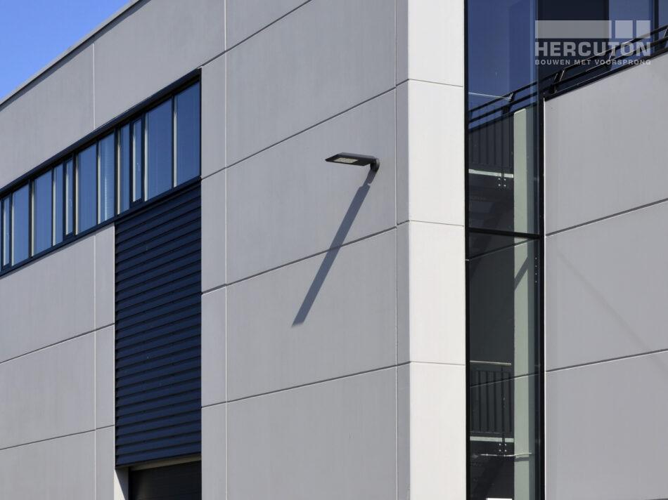 De nieuwbouw van Van den Hoogen staat op Industrieterrein Haarbrug in Bunschoten. Op dit industrieterrein staan al meerdere door Hercuton gerealiseerde gebouwen.