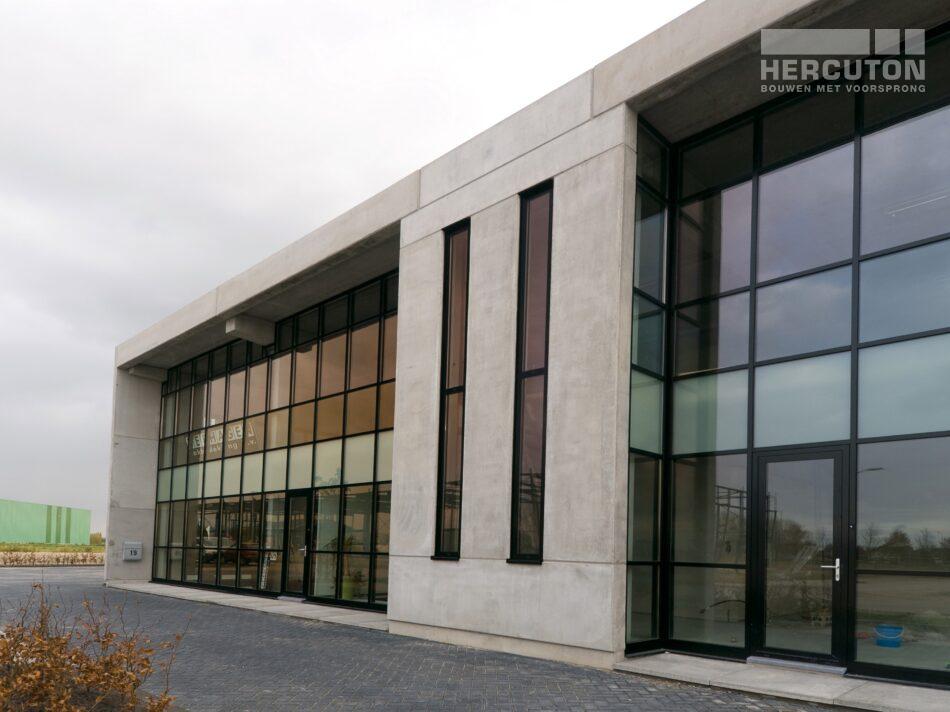 Voor Verhagen Dakbedekking in Gameren heeft Hercuton een bedrijfsruimte met kantoor gerealiseerd.