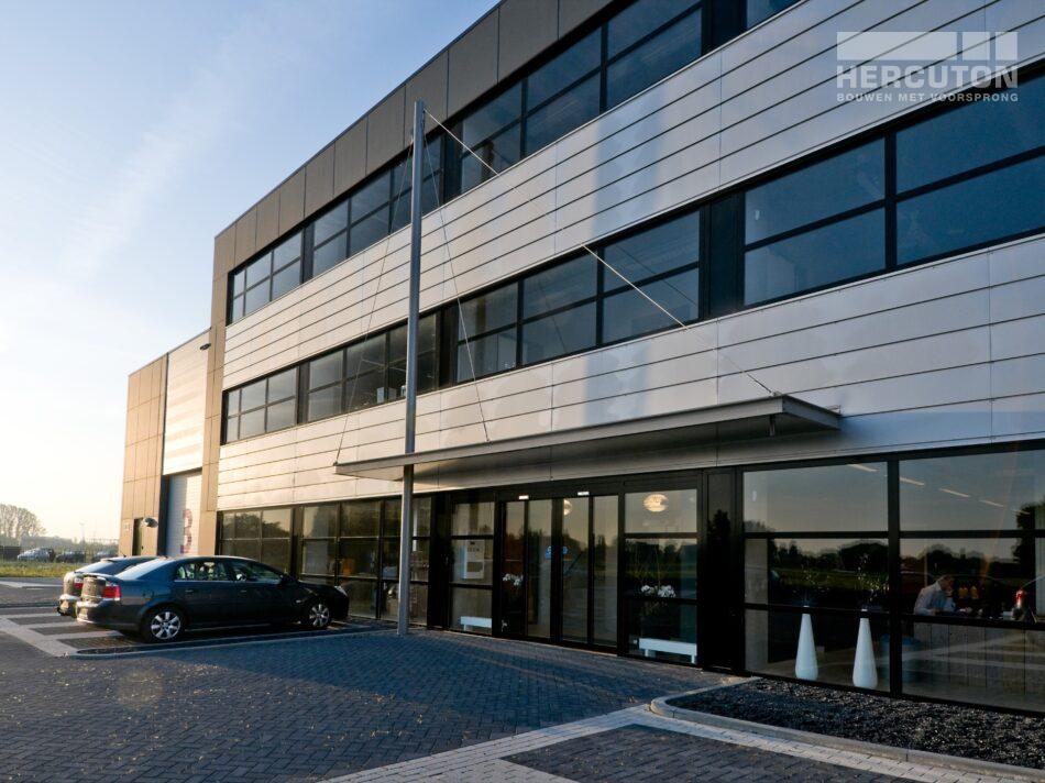 Hercuton realiseerde een bedrijfshal met loft kantoor en laadkuil voor Verhagen Group. - vooraanzicht