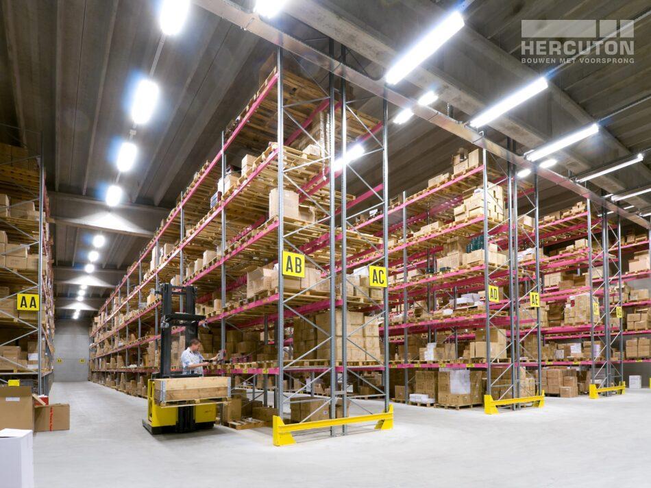 Hercuton realiseerde een bedrijfshal met loft kantoor en laadkuil voor Verhagen Group. - magazijn