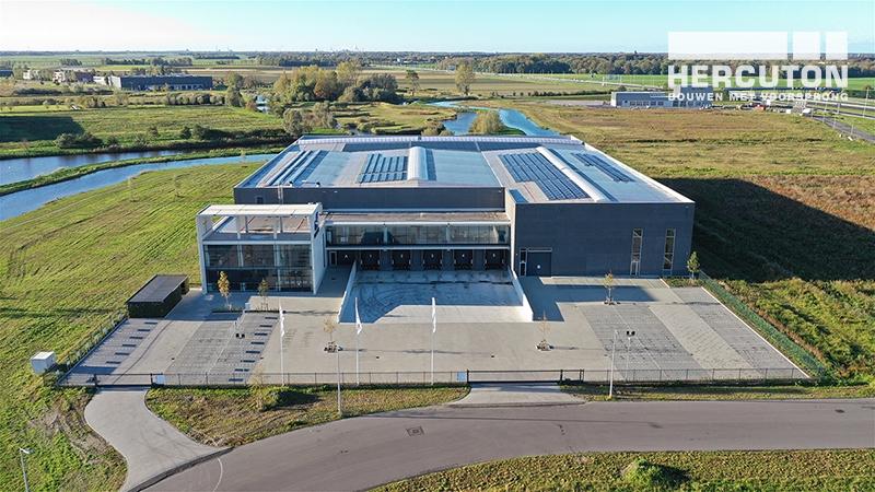 Luchtfoto nieuwbouw bedrijfshal met kantoor Donghua International Alkmaar