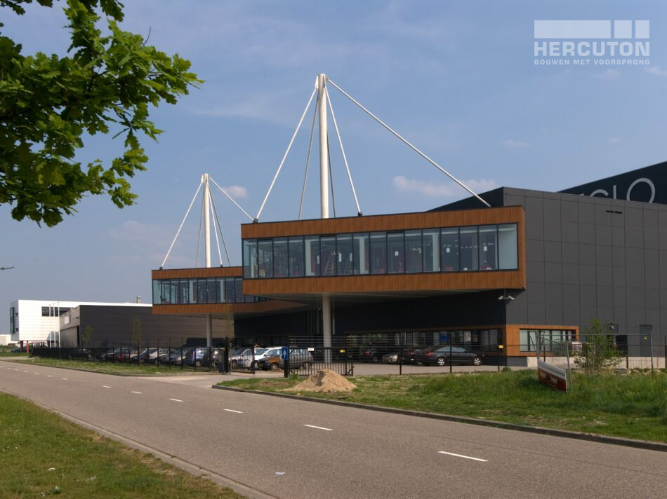 Het bedrijfspand van EGLO in Oosterhout is ontworpen door Architectenburo de Jonge B.V. uit 's-Gravenpolder.