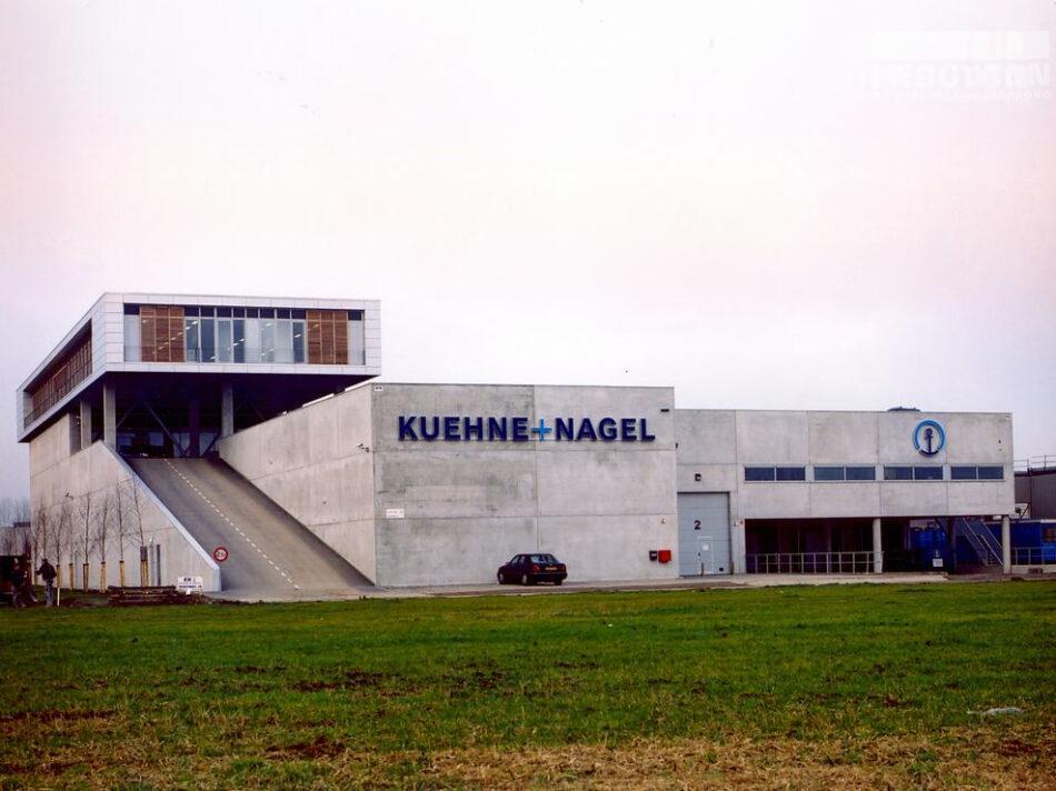 Distibutieruimte met kantoor Kuehne + Nagel in Nieuw-Vennep. Parkeerplaatsen bevinden zich op het dak.