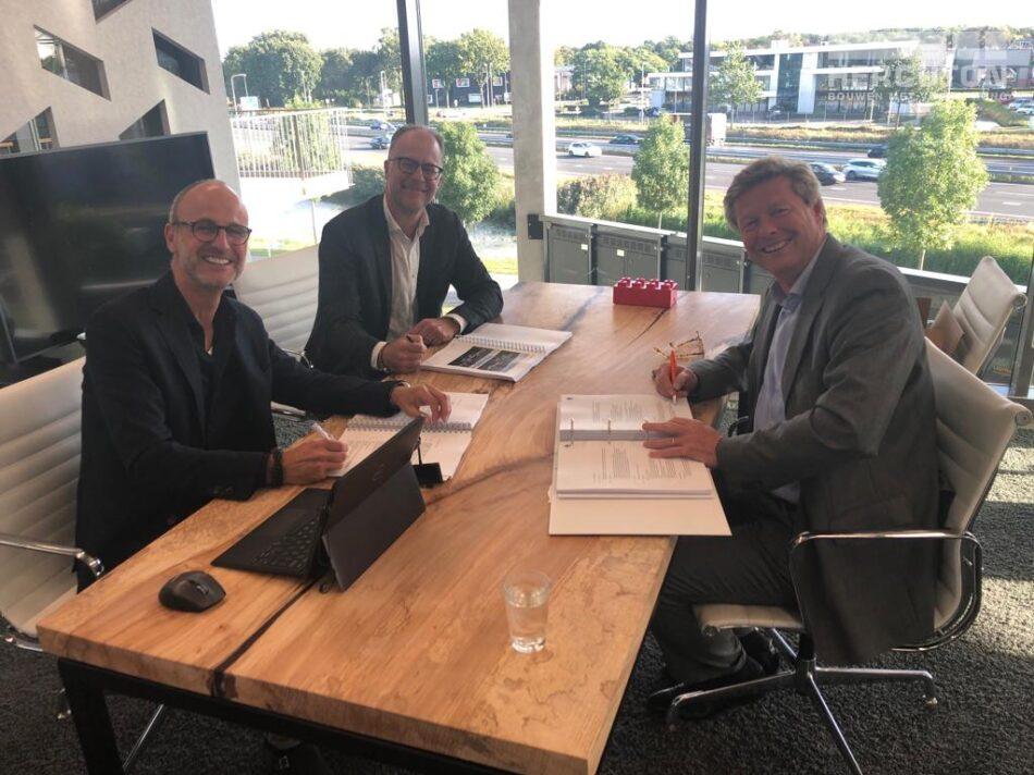 V.l.n.r. Jack van den Broek (Commercieel Manager), Maarten Bakker (Algemeen Directeur) en Martijn Vis van Royal FloraHolland